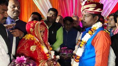 उत्तर प्रदेश: अपने शादी समारोह में दूल्हा दुल्हन ने एक दूसरे को पहनाई प्याज और लहसुन की वरमाला
