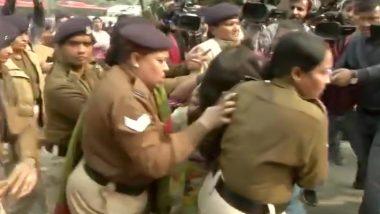 उन्नाव रेप पीड़िता के लिए दिल्ली में इंसाफ की मांग कर रही महिला ने अपनी ही 6 साल की बेटी पर डाला पेट्रोल