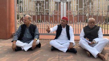 उत्तर प्रदेश: उन्नाव रेप केस के विरोध में विधानसभा के बाहर धरने पर बैठे पूर्व सीएम अखिलेश यादव