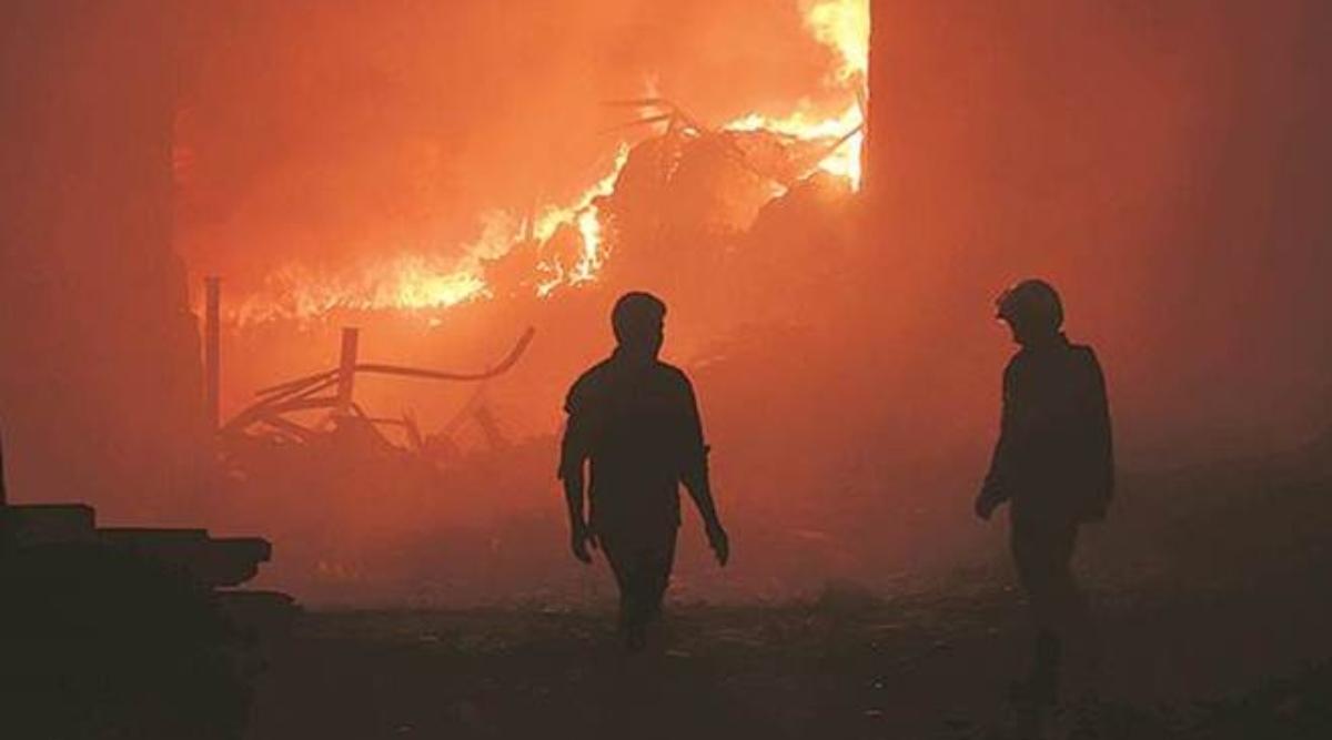 छत्तीसगढ़ में नक्सलियों ने वाहनों और सड़क निर्माण की मशीन को लगाई आग