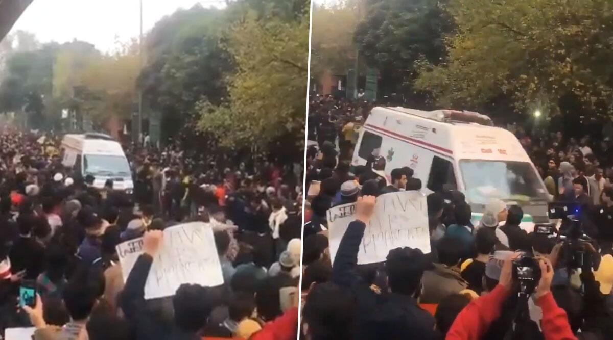 जामिया मिलिया इस्लामिया के छात्रों ने CAA प्रोटेस्ट के दौरान एम्बुलेंस को दिया रास्ता, सोशल मीडिया पर लोगों का जीता दिल, देखें वीडियो