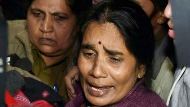 Nirbhaya Gangrape Case: फांसी पर फैसला टलने पर रो पड़ीं निर्भया की मां आशा देवी, कहा- कोर्ट सिर्फ दोषियों के अधिकार देख रहा