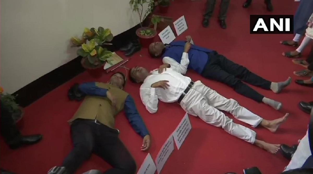 असम विधानसभा में फ्लोर पर लेट गए कांग्रेस के तीन विधायक, नई भूमि नीति और एनआरसी का कर रहे हैं विरोध
