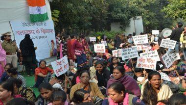 दिल्ली महिला आयोग अध्यक्ष स्वाति मालीवाल ने दुष्कर्म के मुद्दे पर महिला सांसदों को झकझोरा, अनशन पर बैठी सैकड़ो लड़कियां