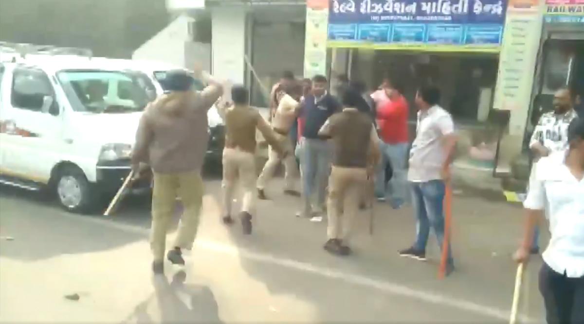JNU हिंसा की आग अहमदाबाद पहुंची, ABVP-NSUI कार्यकर्ताओं ने बीच सड़क पर जमकर मारपीट- देखें VIDEO