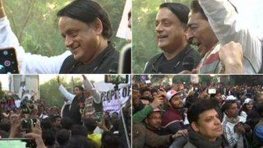 शशि थरूर और दिल्ली प्रदेश अध्यक्ष सुभाष चोपड़ा जामिया मिलिया इस्लामिया के बाहर CAA और NRC के विरोध प्रदर्शन में हुए शामिल