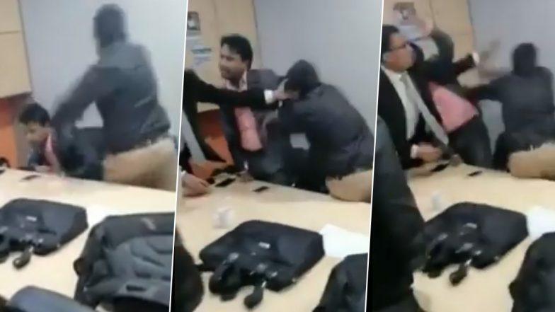 Justification Chahiye? सेल्स मीटिंग में जस्टिफिकेशन मांगने पर कर्मचारी ने बॉस को जमकर पीटा, वीडियो वायरल