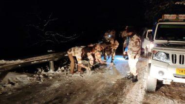 उत्तराखंड: भारी बर्फबारी के बीच फंसे 400 से ज्यादा लोगों को ITBP के जवानों ने किया रेस्क्यू, सुखोई-मसूरी मार्ग से बर्फ हटाने का काम जारी