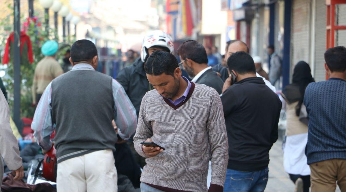जम्मू-कश्मीर: मोदी सरकार का बड़ा फैसला, घाटी में आज से 2जी मोबाइल इंटरनेट सेवा बहाल