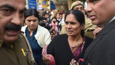 Nirbhaya Gangrape Case: कोर्ट में फूट-फूटकर रो पड़ीं निर्भया की मां आशा देवी, कहा- मैं भरोसा और उम्मीद खो रही हूं