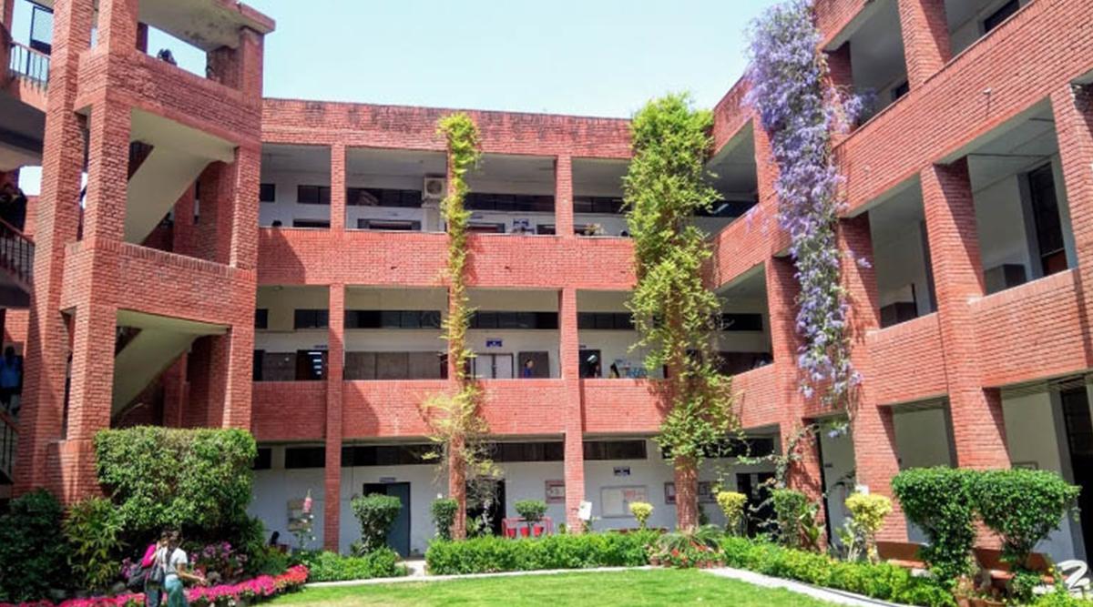 दिल्ली: गार्गी कॉलेज के फेस्ट में छात्राओं से छेड़छाड़, जबरन कॉलेज में घुसे लड़के
