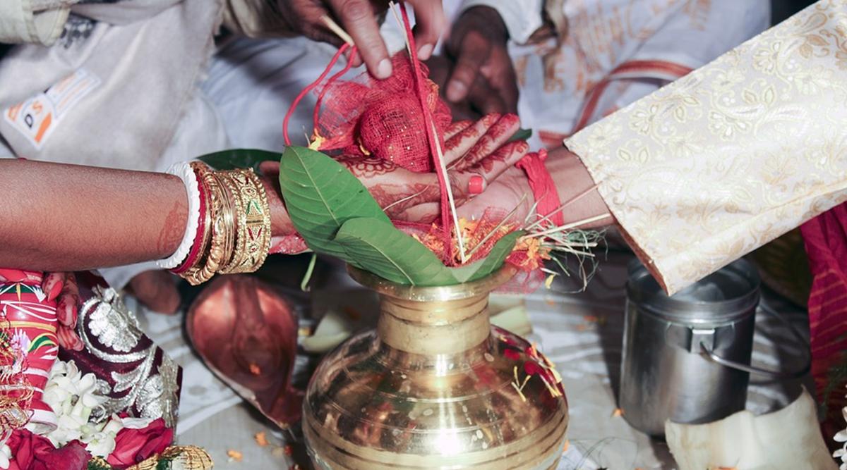 उत्तर प्रदेश: चोरी से गया था प्रेमिका से मिलने, लड़की के घर वालों ने पकड़ा और करा दी शादी लेकिन इसकी वजह भी जान लें
