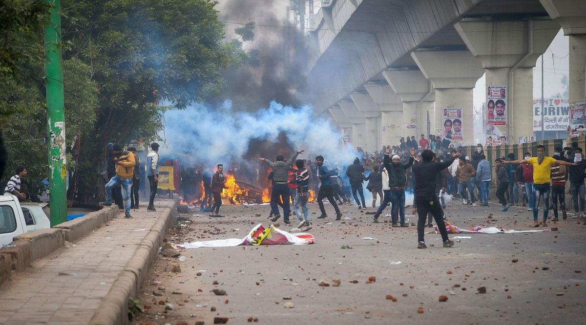 दिल्ली में CAA समर्थकों और विरोधियों के बीच हिंसक झड़प, गोकुलपुरी में डीसीपी घायल- हेड कांस्टेबल की मौत