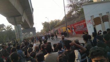 CAA Support Rally: दिल्ली के जामिया में माहौल फिर गरमाया, गेट नंबर पांच से 'गोली मारो' के नारे लगाते घुसे लोग
