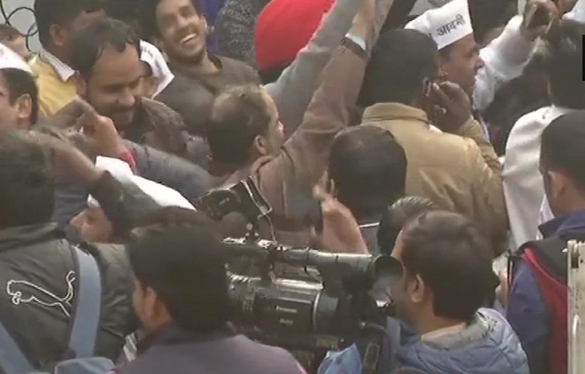 दिल्ली विधानसभा चुनाव नतीजे 2020: रुझानों में मिल रही बढ़त के बाद आप कार्यालय में जश्न