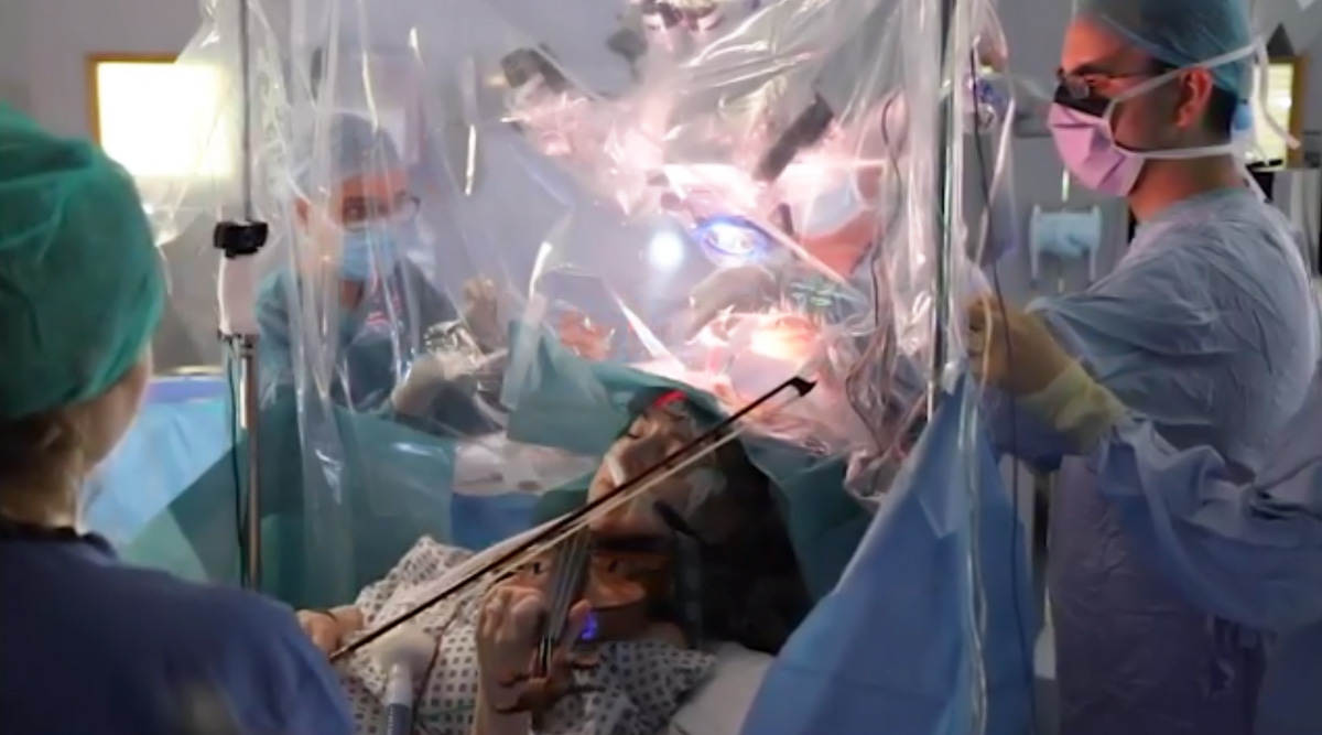 ब्रेन ट्यूमर की सर्जरी के दौरान वायलिन बजाती दिखी पीड़ित महिला, वीडियो हुआ वायरल