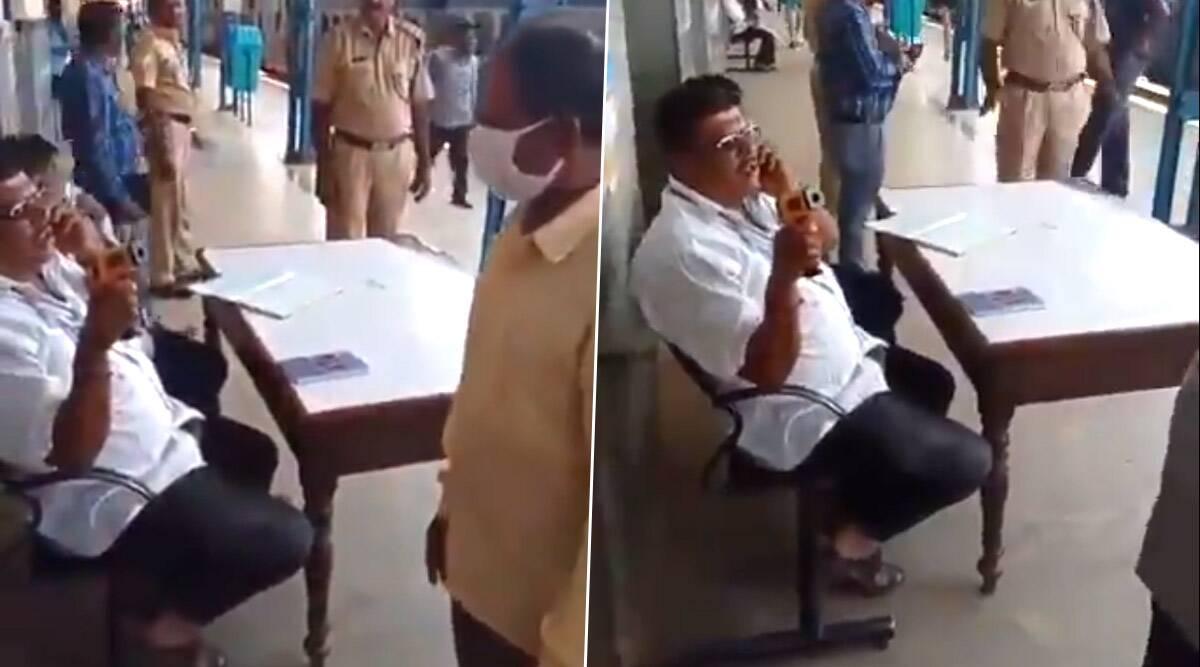 कोरोना का कहर: कर्नाटक के तुमकुर रेलवे स्टेशन पर नजर आई स्वास्थ विभाग के कर्मचारी की लापरवाही, कॉल पर व्यस्त और यात्रियों की स्क्रीनिंग को कर रहा था नजर अंदाज- VIDEO वायरल होने पर निलंबित