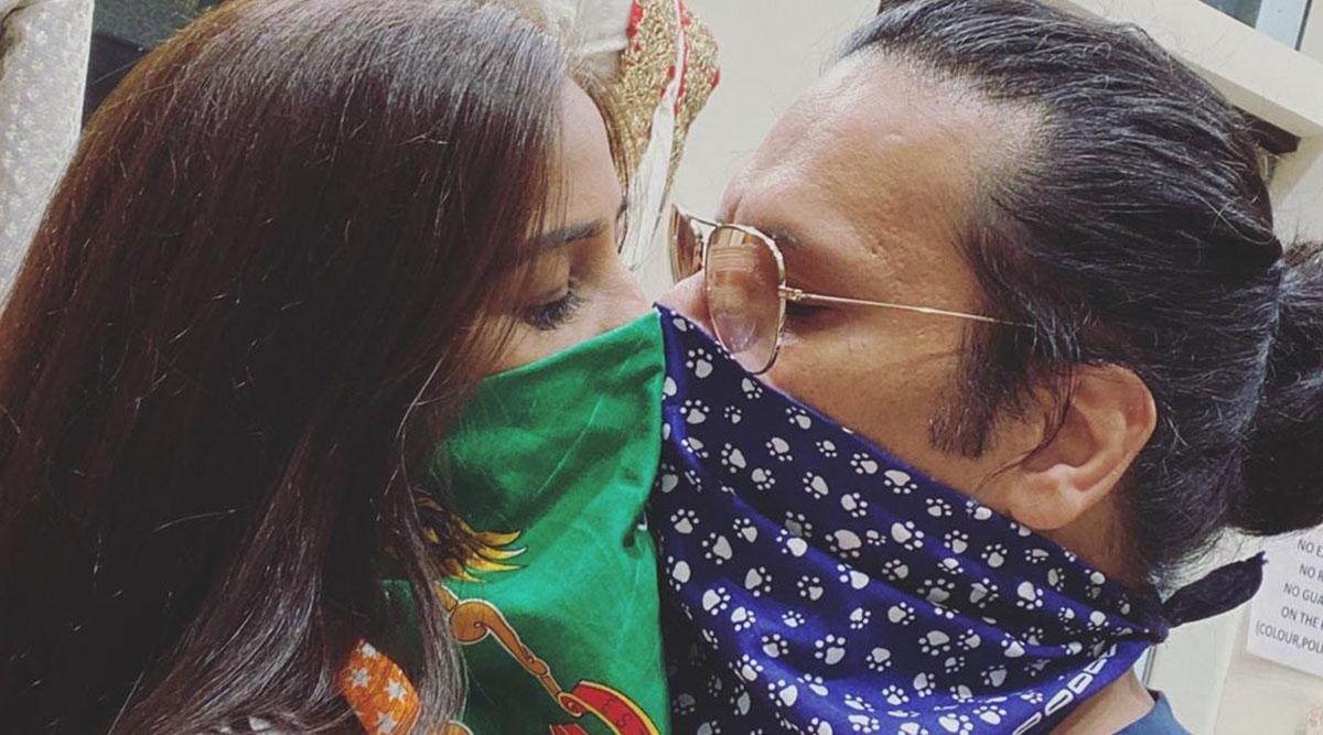 कोरोना वायरस के डर से हॉट मॉडल पूनम पांडे ने मुंह पर रुमाल बांधकर बॉयफ्रेंड को किया Kiss, देखें Photo
