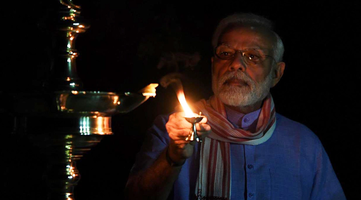 प्रधानमंत्री मोदी ने कोरोना के अंधकार को दूर करने के लिए जलाए दीये, देखें तस्वीरें