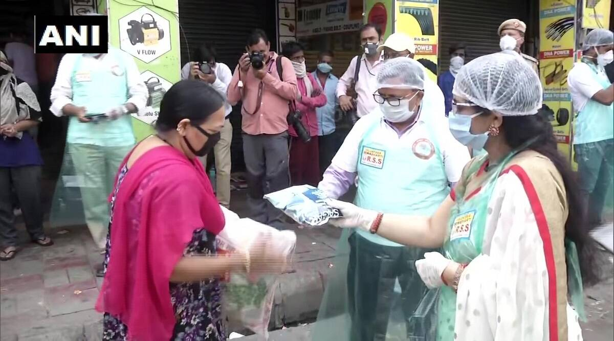 Coronavirus Lockdown: दिल्ली की जीबी रोड इलाके में रहने वालो  सेक्स वर्कर महिलाओं को RSS के लोगों ने बांटें राशन