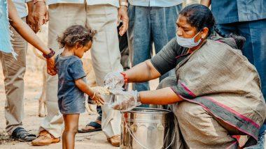 तेलंगाना: कांग्रेस MLA सीतक्का ने COVID-19 लॉकडाउन के बीच भूखें आदिवासियों को करा रही हैं भोजन, पथरीले रास्तों पर कई किलोमीटर पैदल चलकर गरीबों की कर रही हैं सेवा, देखें विडियो
