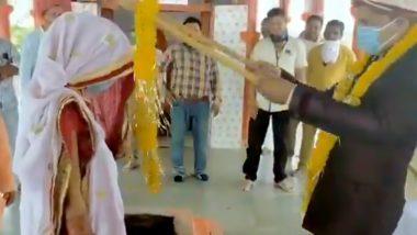 कोरोना का खौफ: लॉकडाउन के दौरान शादी के मंडप में भी नजर आया 'सोशल डिस्टेंसिंग', दुल्हे ने दुल्हन को लकड़ी के डंडे से पहनाई वरमाला, देखें VIDEO