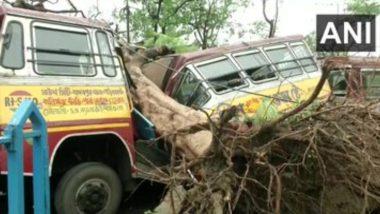 चक्रवात अम्फान के बाद पश्चिम बंगाल में जनजीवन को पटरी पर लाने में जुटी सेना और NDRF की टीम