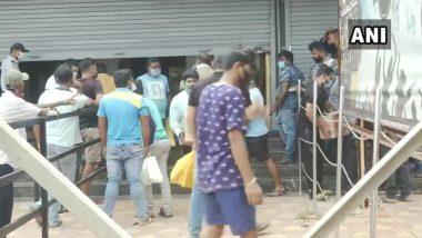 ओडिशा: परिसर में शराब बेचने की अनुमति न होने के बावजूद Liquor Shop पर उमड़ी लोगों की भीड़, सिर्फ होम डिलीवरी की है इजाजत