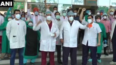 लुधियाना: सिविल अस्पताल के स्टाफ ने पंजाब सरकार के खिलाफ किया प्रदर्शन, खराब क्वालिटी के PPE किट और N95 मास्क देने का आरोप