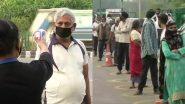 दिल्ली: ओखला मंडी में खरीदारी के लिए पहुंचे लोगों का थर्मामीटर गन से चेक किया जा रहा है तापमान, टोकन नंबर के लिए लगी कतार