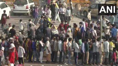 COVID-19 लॉकडाउन के बीच श्रमिकों की आवाजाही के कारण दिल्ली-गाजियाबाद सीमा पर भीड़, ट्रैफिक हुआ धीमा