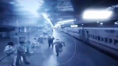 ट्रेन के पीछे दौड़कर RPF जवान इंदर यादव ने दो दिन से भूखी बच्ची तक पहुंचाया दूध,  रेल मंत्री पीयूष गोयल ने कहा- उसैन बोल्ट को पछाड़ा- देखें Video