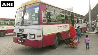 दिल्ली: बस सेवा फिर शुरू होने पर अपने मूल स्थान जाने के लिए आनंद विहार बस स्टैंड पहुंचे लोग, थर्मल स्क्रीनिंग के बाद ही मिल रही है यात्रा की अनुमति
