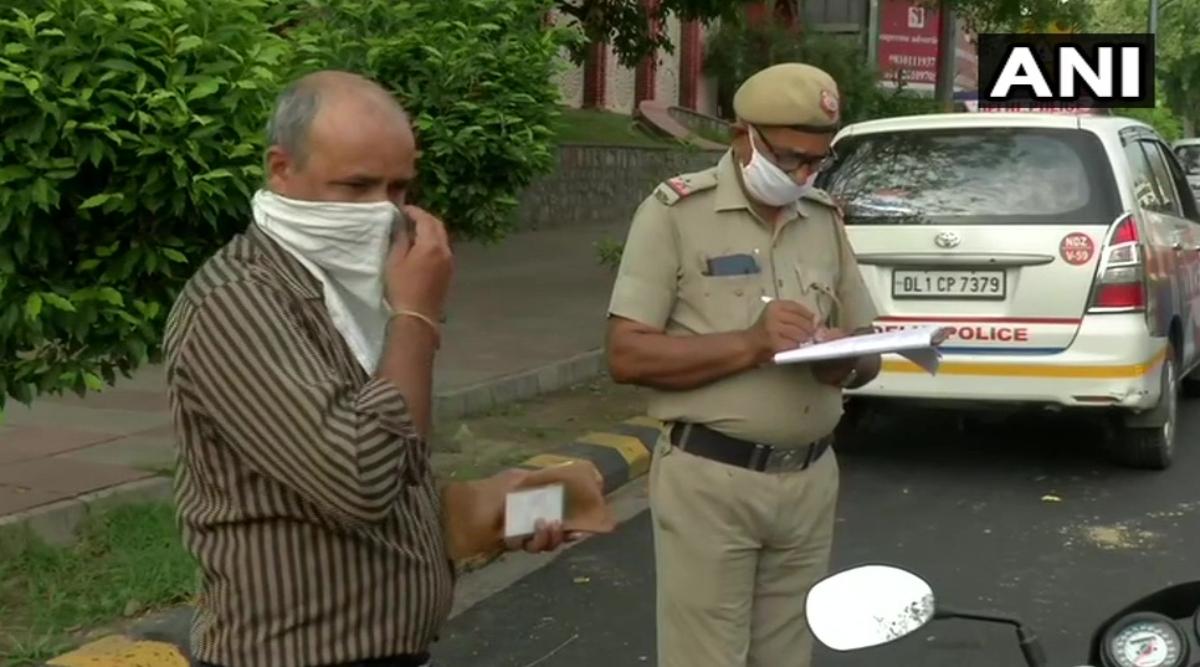 कोरोना संकट के बीच राजधानी में मास्क न लगाने वालों के खिलाफ सख्त हुई दिल्ली पुलिस, पकड़े जाने पर लोगों से वसूल रही है जुर्माना