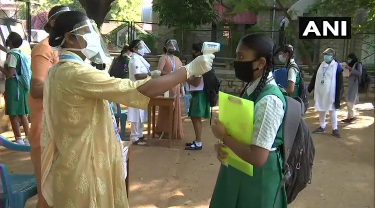 Karnataka SSLC Exam 2020: कोरोना संकट के बीच शुरू हुई एसएसएलसी परीक्षा, विद्यार्थियों को दिए गए मास्क और सैनिटाइजर, उनका तापमान भी किया गया चेक