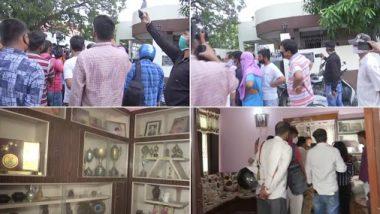 फिल्म अभिनेता सुशांत सिंह राजपूत के मौत के बाद सदमे में लोग, पटना उनके निवास स्थान के बाहर लोगों की उमड़ी भीड़