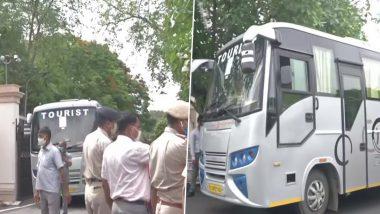 Rajasthan Congress Crisis: सीएम अशोक गहलोत अब विधायकों को बचाने में जुटे, बसों में बिठाकर ले जाया गया होटल