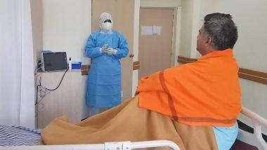 PPE किट पहनकर डॉक्टर ने बीजेपी नेता रविंदर रैना को सुनाया गाना, कोविड-19 के इलाज के लिए अस्पताल में हैं भर्ती (Watch Video)