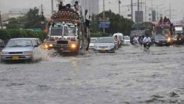 पाकिस्तान: कराची में लगातार बारिश के बाद कई जगहों पर हुआ जलभराव, बिजली गिरने से 7 की मौत और कई घायल