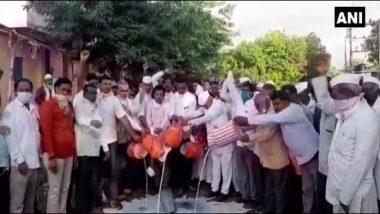 महाराष्ट्र: अहमदनगर में सड़क पर दूध गिराकर लोगों ने किया विरोध प्रदर्शन, कीमत बढ़ाकर कम से कम 30 रुपए प्रति लीटर तक करने की मांग