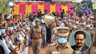 SPBalasubrahmanyam Funeral: दिग्गज गायक एसपी बालासुब्रमण्यम कोराजकीय सम्मान के साथ दी गई अंतिम विदाई, देखें ये Video