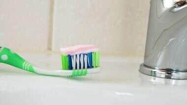 Man Swallows Tooth Brush: दांत साफ करने के दौरान शख्स निगल गया ब्रश, निकालने के लिए करना पड़ा ऑपरेशन