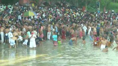 Mahalaya Amavas 2020: कोरोना संकट के बीच कोलकाता में सोशल डिस्टेंसिंग का उल्लंघन, हुगली नदी में डुबकी लगाने के लिए इकट्ठा हुई भीड़- देखें तस्वीरें