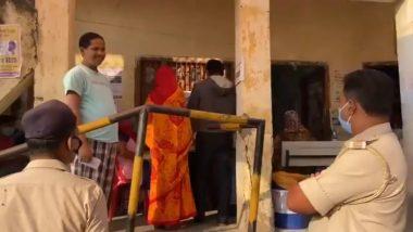 Bihar Assembly Elections 2020: बिहार के सासाराम में मतदान केंद्र पर वोट डालने बिना मास्क लगाए आया शख्स, पुलिसकर्मियों के टोकने से उलझा, देखें VIDEO