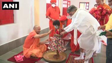 CM Yogi performs Pooja at Gorakhnath Temple: उत्तर प्रदेश के मुख्यमंत्री योगी आदित्यनाथ ने गोरखनाथ मंदिर में विधि-विधान से की कन्या पूजन