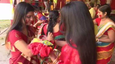 Sindoor Khela 2020: बिजोया दशमी पर सिंदूर खेला में शामिल हुई बंगाली समुदाय की महिलाएं, देखें पश्चिम बंगाल और असम के दुर्गा पूजा पंडाल से इस पारंपरिक उत्सव की तस्वीरें