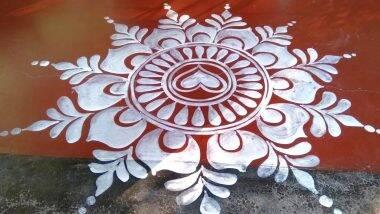 Durga Puja 2020 Alpana Designs: दुर्गा पूजा उत्सव की शुभता बढ़ाने के लिए अपने घर के मुख्य द्वार पर बनाएं ये आसान और पारंपरिक रंगोली डिजाइन्स (Watch Tutorial Videos)