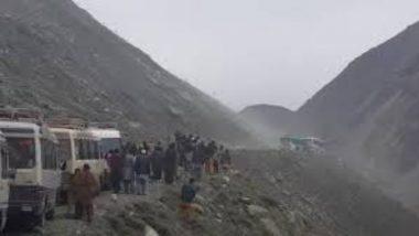 Landslide in Pakistan: पाकिस्तान में भूस्खलन की चपेट में आई यात्री बस, 16 की मौत