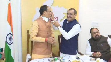 Madhya Pradesh ByPoll Result 2020: शुरूआती रुझानों में बीजेपी सबसे आगे, उत्साहित कार्यकर्ताओं ने दफ्तर में बांटी मिठाइयां