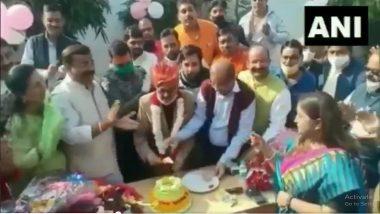 Uttar Pradesh: यूपी के मुरादाबाद में मेयर विनोद अग्रवाल के जन्मदिन के अवसर पर सोशल डिस्टेंसिंग के नियमों की उड़ी धज्जियां, देखें वीडियो